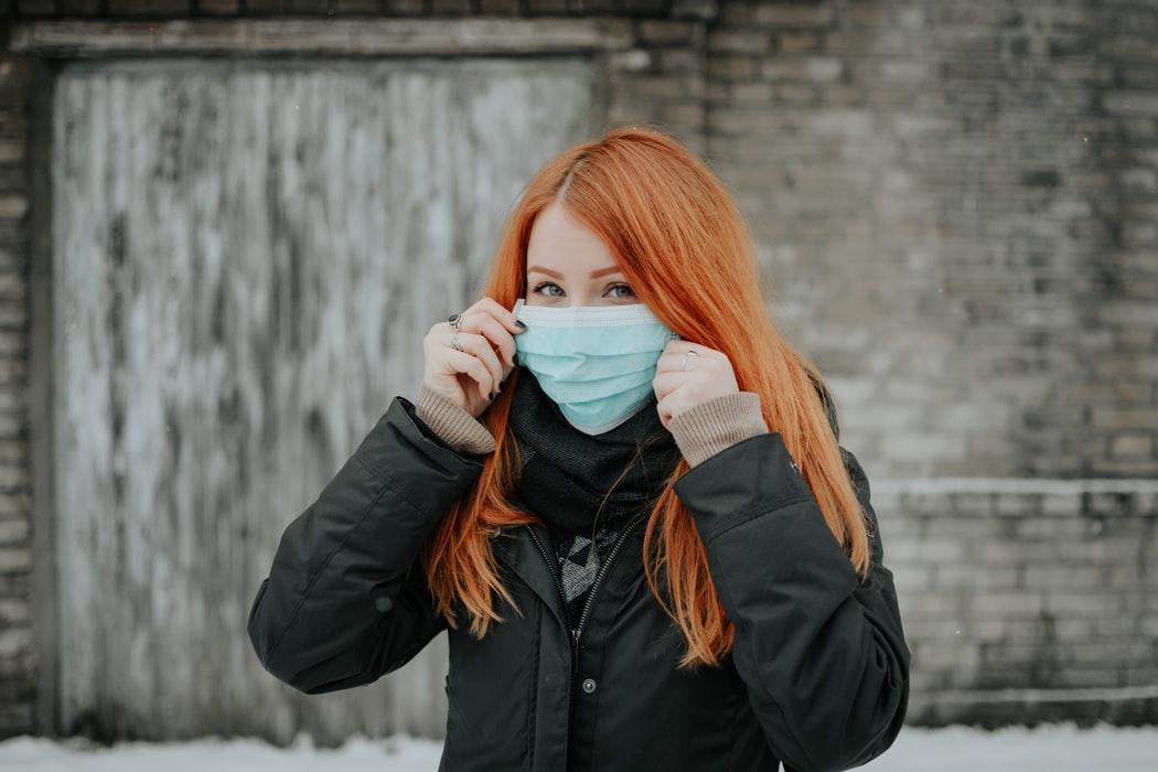 Les accessoires de protection sanitaire : Le masque chirurgical et les gants en vinyle